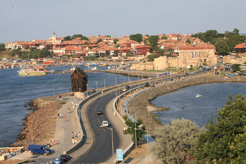 Road between old and new Nessebar
